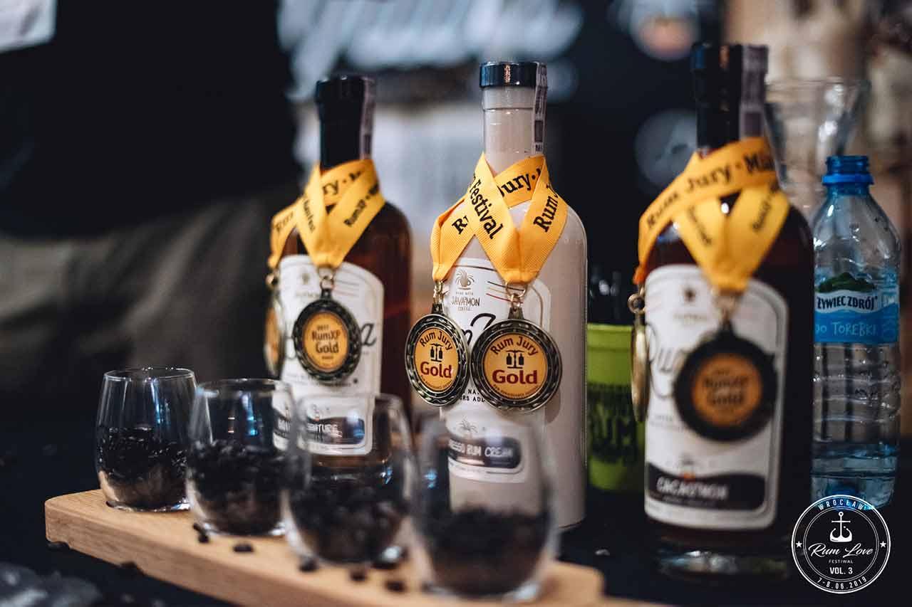 Java rum - butelki z medalami