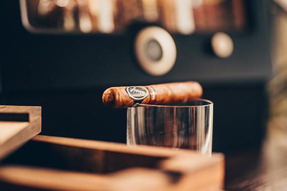 Cygaro i szklanka Whisky