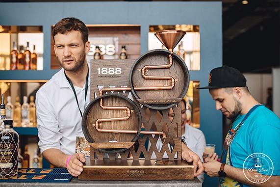 Stoisko z rumem Brugal na Rum Love Festiwal